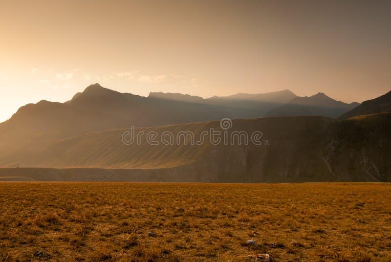 Download Загоренный лужайкой солнца утра Стоковое Изображение - изображение насчитывающей земля, холм: 40581231