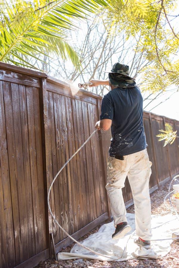 Загородка двора профессионального художника распыляя с пятном стоковая фотография rf