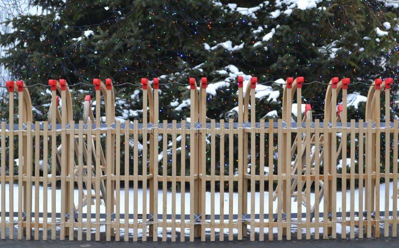 Загородка деревянных розвальней с деревом cristmas на заднем плане стоковые фото