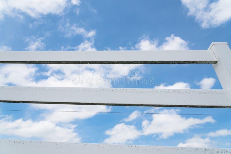 Загородка стиля страны деревянная против неба облака голубого стоковое фото