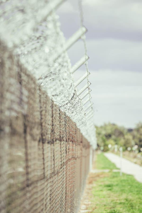 Загородка Barbwire самой важной тюрьмы стоковое фото