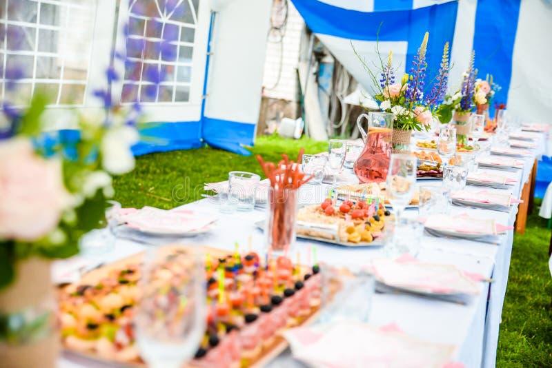 Загородный стиль свадьбы венчание таблицы кукол украшения пар перевернутое стеклом стоковые фотографии rf