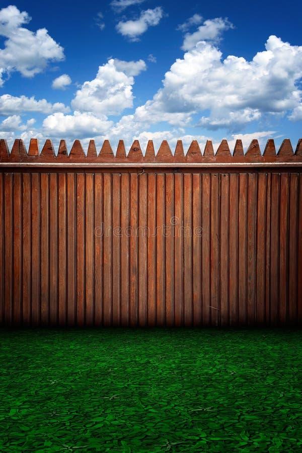 Загородка и облака городского этапа деревянная стоковые изображения rf