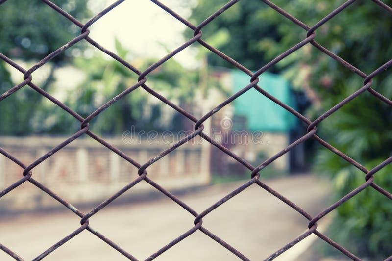 Загородка ячеистой сети конца-вверх с ржавчиной стоковые изображения