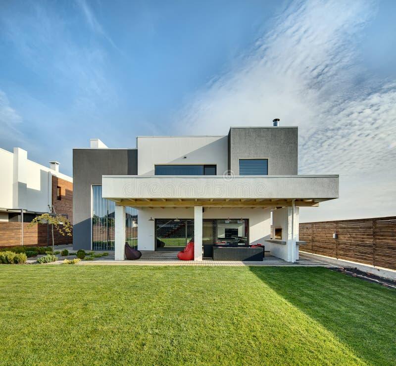 Загородный дом в современном стиле стоковые фотографии rf