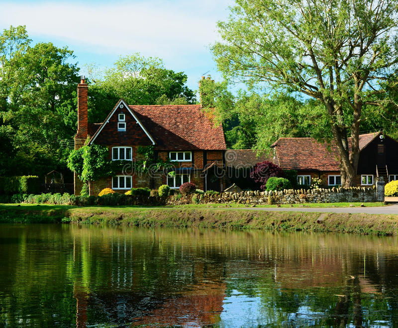 Загородный дом с прудом стоковые фотографии rf