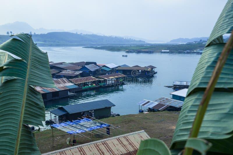 Загородный дом Sagklaburi на воде стоковые фотографии rf