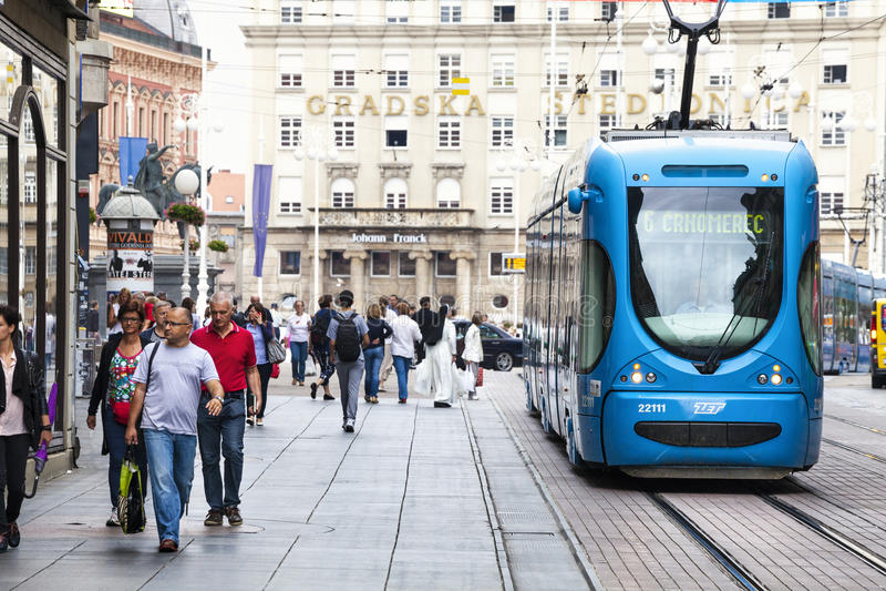 Загреб, Хорватия Толпа и трамвай улицы стоковое фото