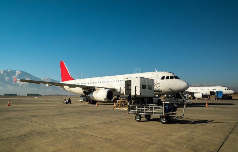 Загрузка груза самолета стоковые фотографии rf