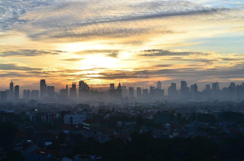 Загрязнение воздуха во время восхода солнца, Индонезия Джакарты стоковое фото rf