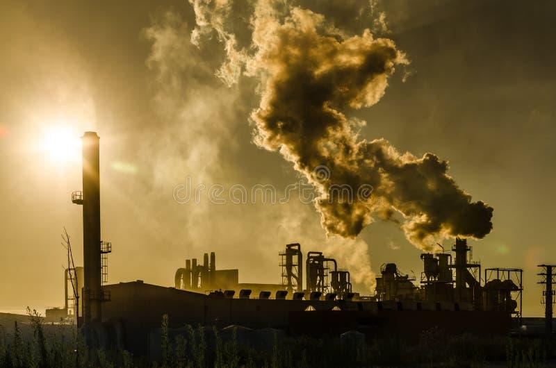 Загрязнение воздуха приходя от фабрики стоковые фотографии rf