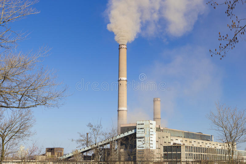 Загрязнение воздуха фабрики с дымом стоковое изображение rf