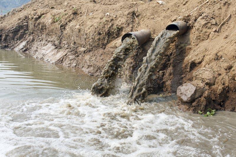 Загрязнение воды в реке стоковая фотография rf