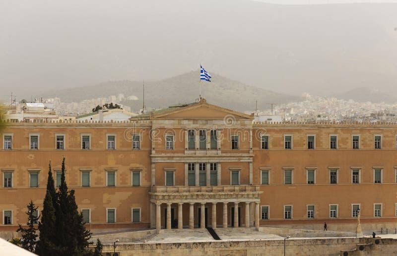 Загрязнение Греции, Афин Нездоровый серый смог над парламентом на синтагме Предпосылка неба, холма и городка стоковое фото rf