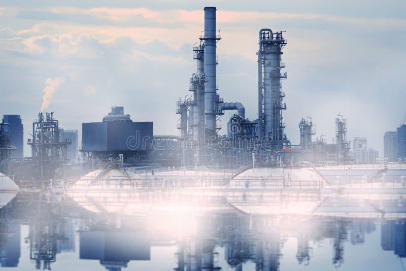 Загрязнение нефтеперерабатывающего предприятия стоковые изображения rf