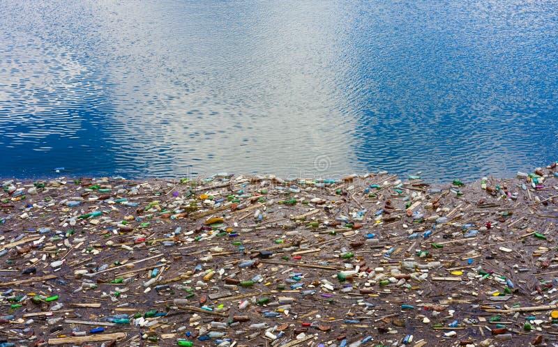 Загрязнение озера с полиэтиленовыми пакетами и ядовитыми отходами стоковое изображение