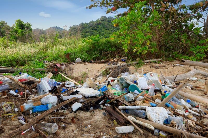 Загрязнение пляжа пластиковое стоковое изображение