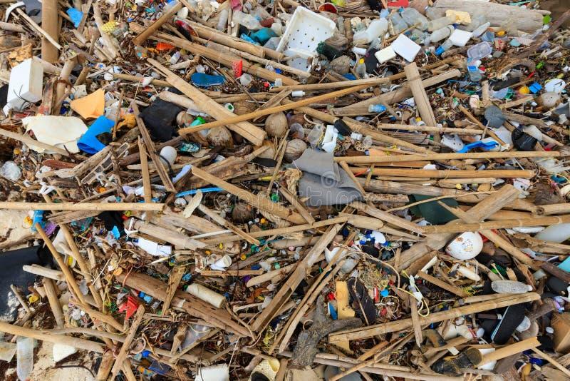 Загрязнение пляжа пластиковое стоковое фото rf