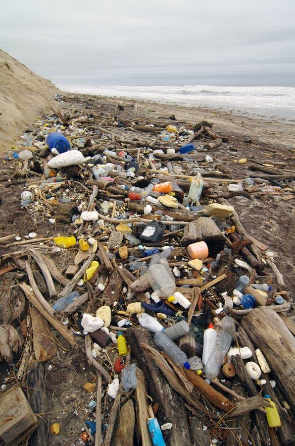 Загрязнение пляжа погани с пластмассами стоковые изображения