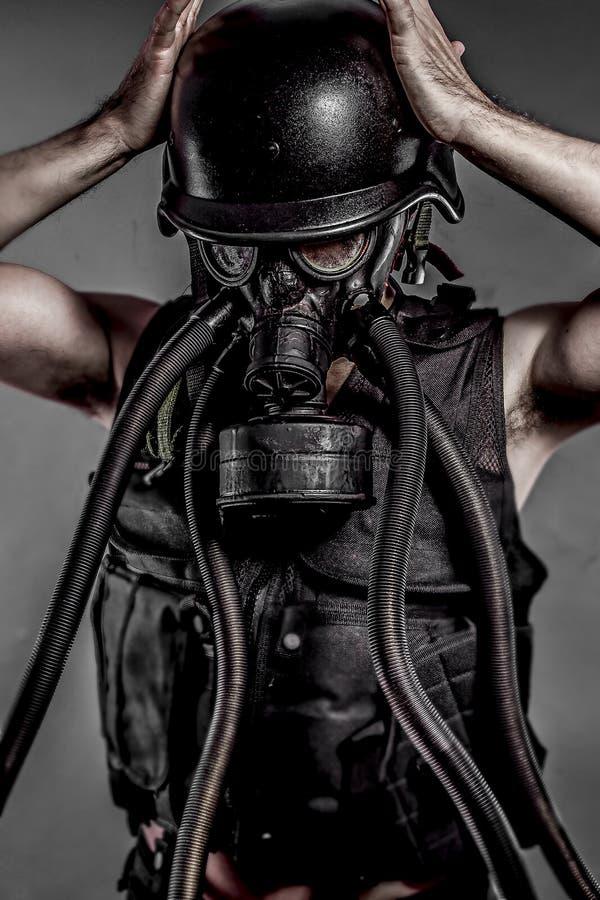 Загрязнение, ядерная катастрофа, человек с маской противогаза, защитой стоковая фотография rf