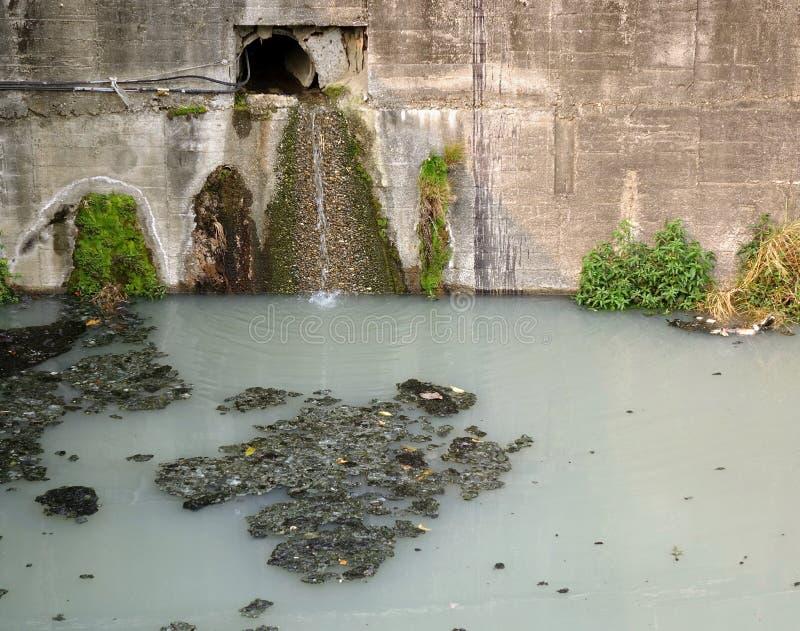 Загрязнянный канал дренажа стоковые фотографии rf
