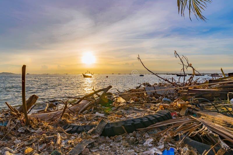 Загрязнятьый пляж в Siracha стоковая фотография rf