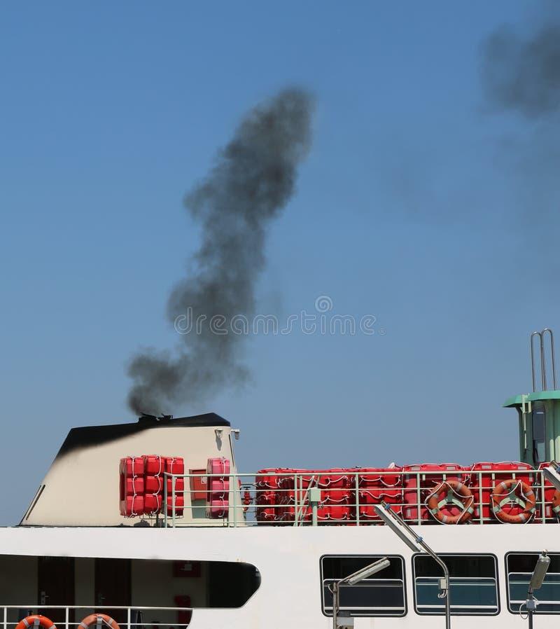 загрязнятьый черный смог шлюпки стоковая фотография