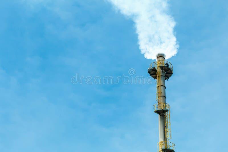 Загрязнять белый дым приходя из печной трубы стоковые фотографии rf