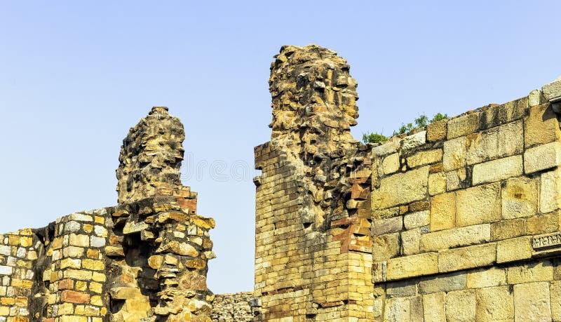 Загубленная мечеть ul-ислама Quwwat известная как мощь ислама на комплексе Qutub Minar в Нью-Дели стоковое изображение rf
