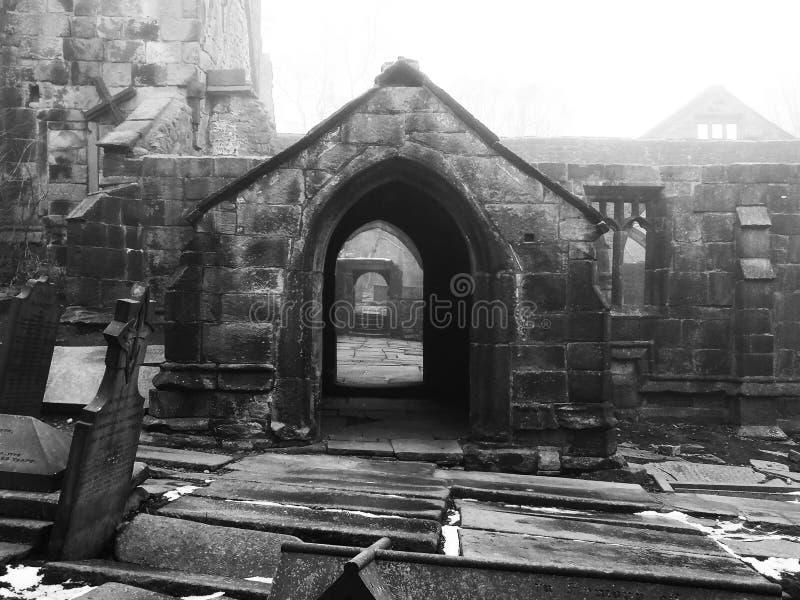 Загубленная средневековая церковь в heptonstall Йоркшире стоковые изображения rf