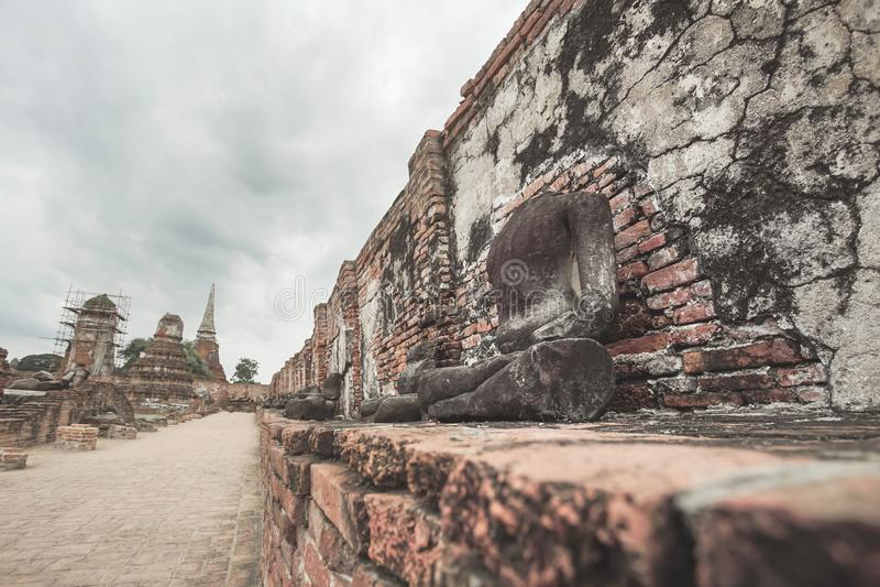 Загубленная статуя Будды в Wat Mahathat, Ayutthaya, Таиланде стоковые фотографии rf