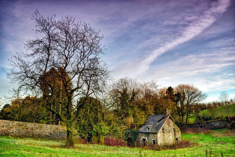 Загубленное здание в красивые окрестности стоковое изображение