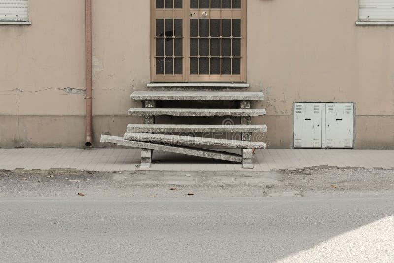 Загубленные лестницы получившегося отказ дома стоковые изображения rf