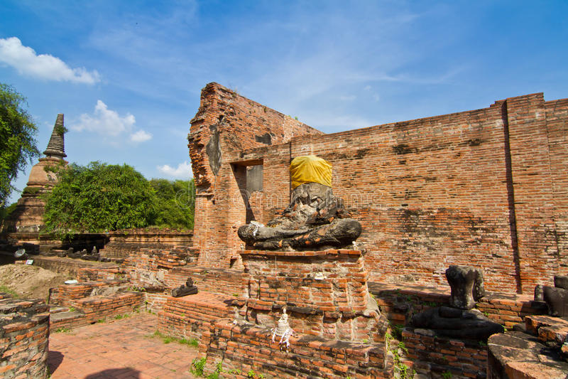 Загубленные статуя и висок Будды в Wat Mahathat стоковое изображение rf
