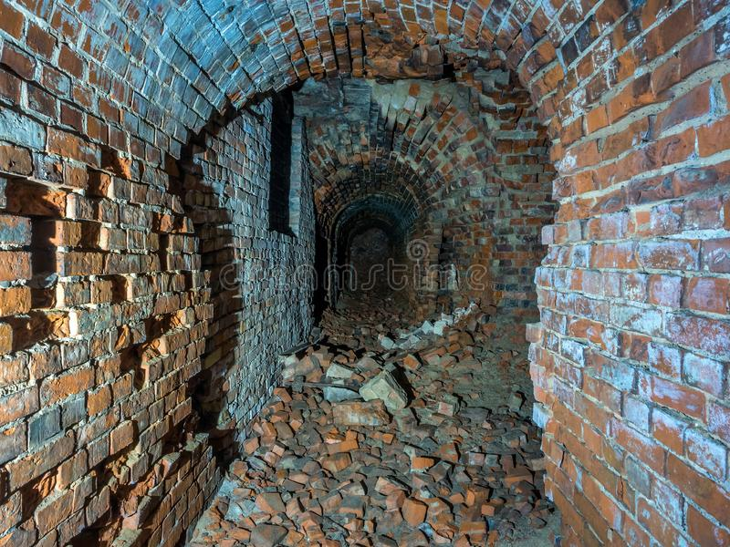 Загубленные тоннель или коридор кирпича подземные стоковые изображения