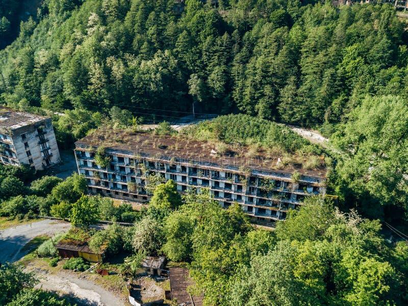Загубленный перерастанный многоквартирный дом в городке призрака минируя, последствиях войны в абхазии, вида с воздуха от трутня стоковое изображение