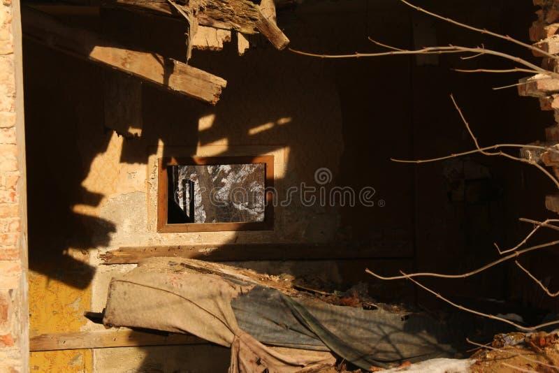 Загубленный дом периода падая врозь стоковые фото