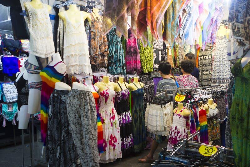Заглохните с женской одеждой в рынке ночи Hua Hin, Таиланде стоковая фотография