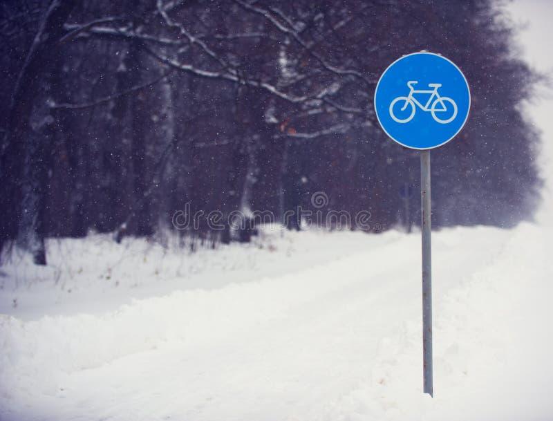 Задействуйте знак майны покрытый с снегом против темного леса стоковые изображения rf