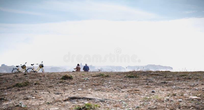 Задействуя туристы принимая перерыв морем читая карту в острове Yeu стоковое фото rf