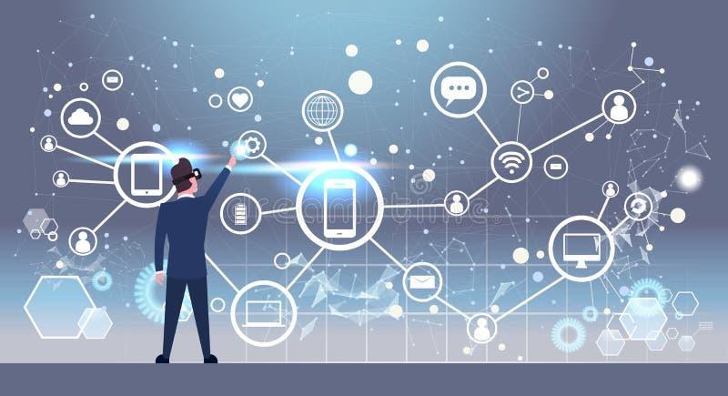 Заднее вид сзади бизнесмена в стеклах 3d используя футуристический интерфейс с социальными значками сетевых подключений виртуальн иллюстрация штока