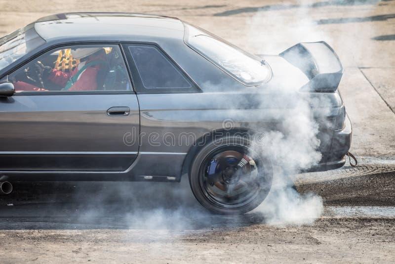 заднее колесо привод спортивные машины горящие шины для разогрева перед соревнованием начинают увеличивать температуру типа для х стоковые изображения rf