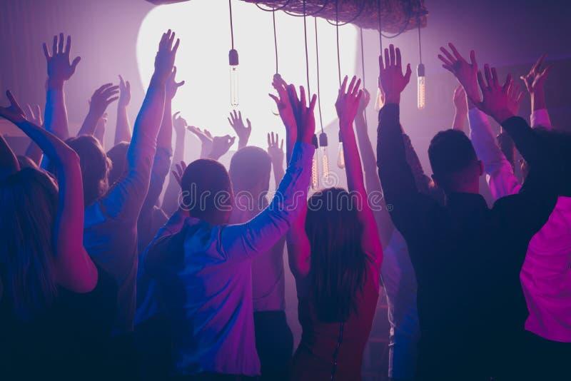 Заднее фото взгляда со стороны содержания чувства выпускного вечера студента возбужденного слушает холодок рук повышения песни пе стоковые фото