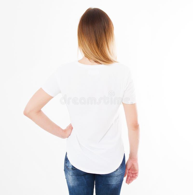 Задние взгляды девушки в футболке на белой предпосылке Насмешка вверх для дизайна скопируйте космос шаблон уговариваний стоковые фото