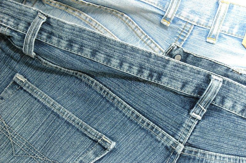 задние голубые джинсы спаривают шкафут стоковая фотография