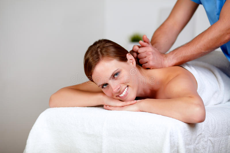задние женские получая детеныши masseuse массажа стоковые фото