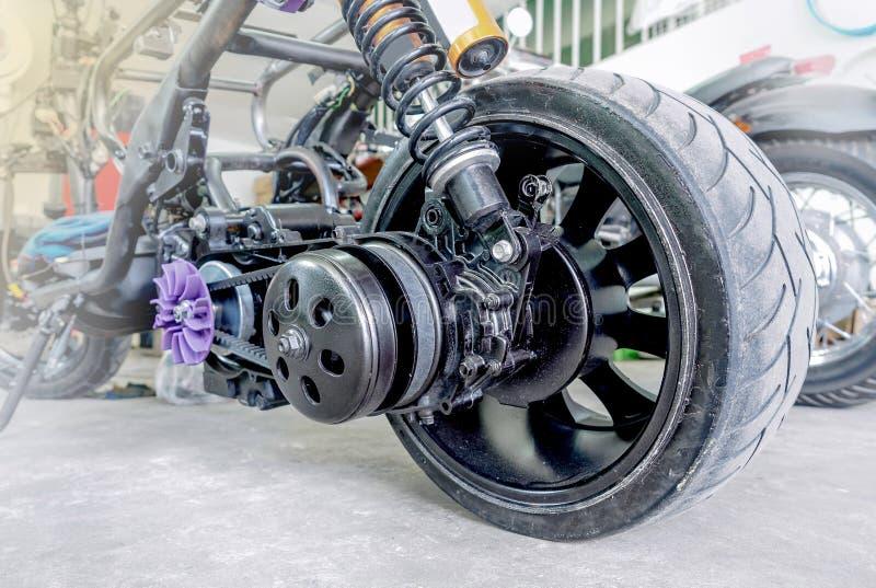 Задние колесо и пояс мотоцикла стоковая фотография