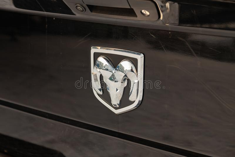 Задние nameplate и эмблема на хоботе роскошного очень дорогого нового черного hemi 1500 Ram доджа 5 7 литров стоек автомобиля в стоковое изображение rf