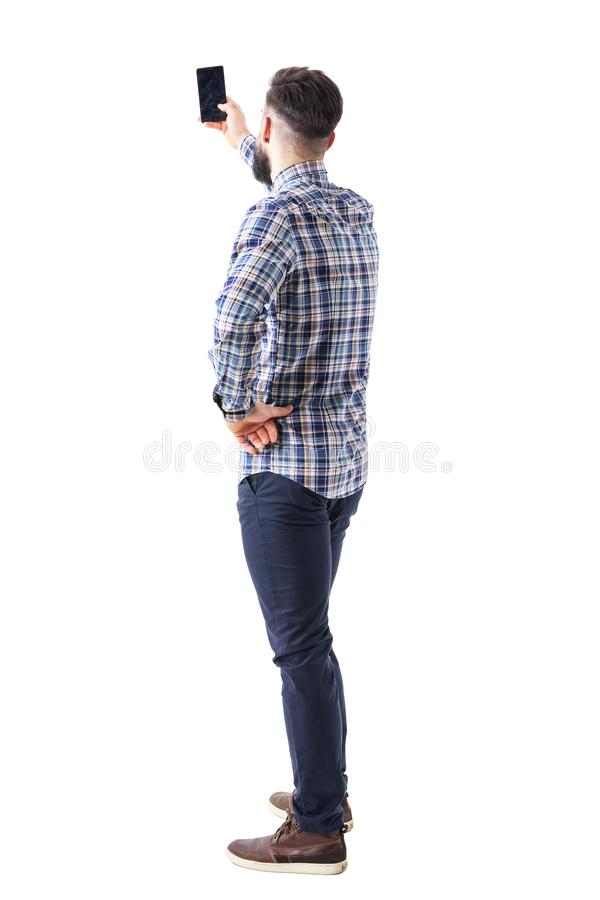 Задний взгляд взрослого человека принимая фото или selfie с smartphone стоковые изображения rf