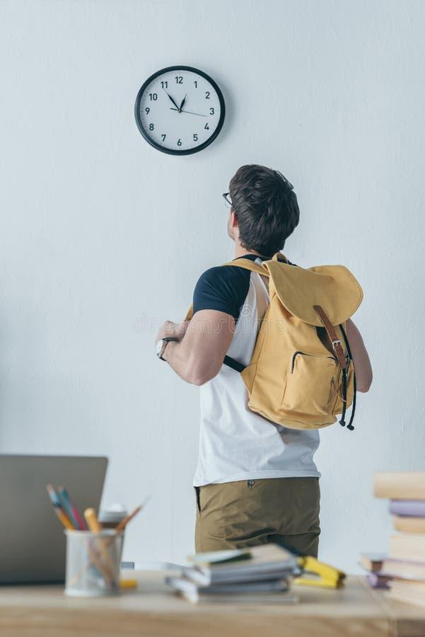 задний взгляд студента с смотреть рюкзака стоковые изображения